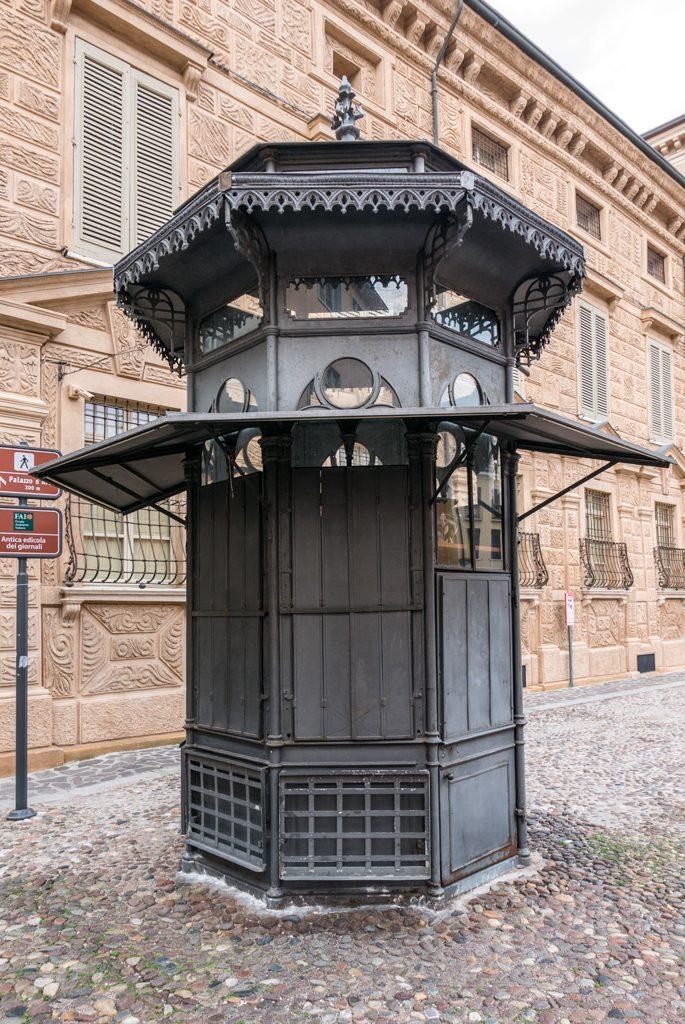 Antica edicola in ferro